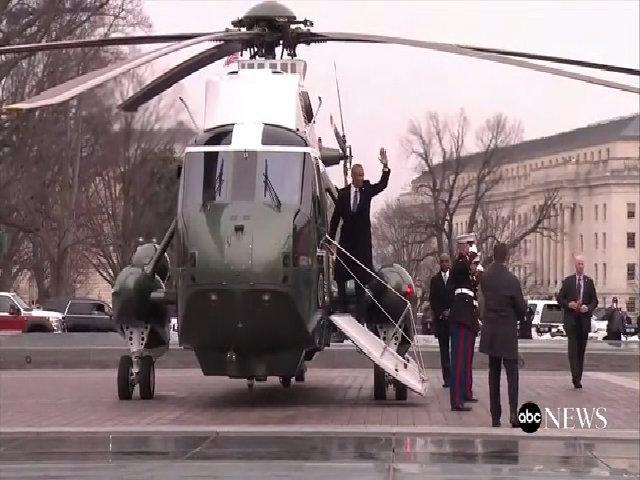 Tổng thống Trump tiễn vợ chồng Obama ra trực thăng