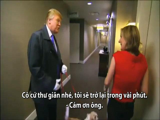 Trump dắt chó đi dạo cho khách