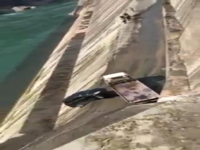Tụt dốc cứu hộ ôtô, tài xế xe cẩu suýt mất mạng