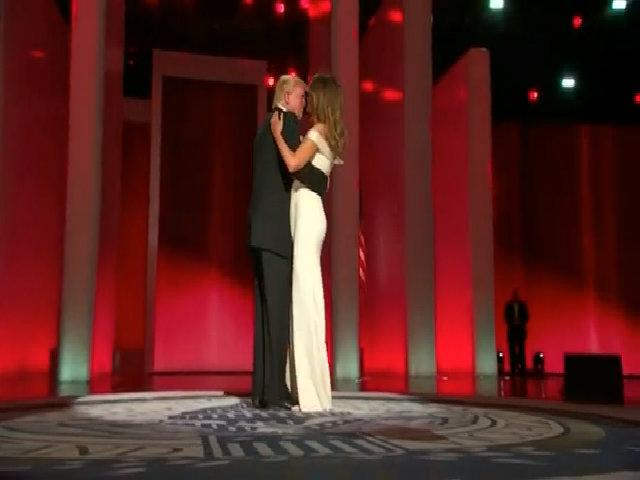 Melania Trump khiêu vũ cùng chồng