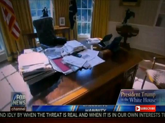Trump khoe bàn làm việc bề bộn giấy tờ trong Nhà Trắng