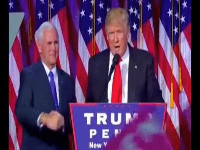 Donald Trump giật tay Mike Pence