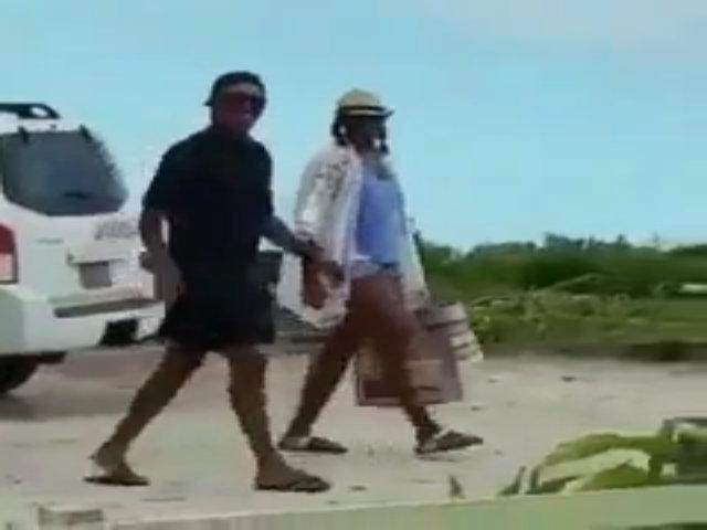 Obama đội mũ lưỡi trai ngược đi nghỉ dưỡng