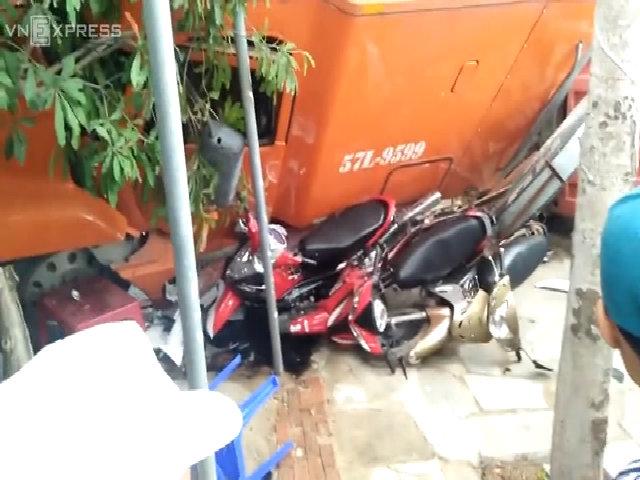 Container tông nát 7 xe máy