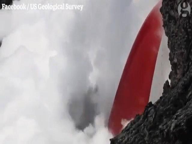 Núi lửa phun dòng dung nham cuồn cuộn xuống Thái Bình Dương