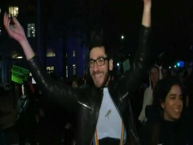 Người biểu tình chống Trump nhảy múa bên ngoài khách sạn Trump ở Washington