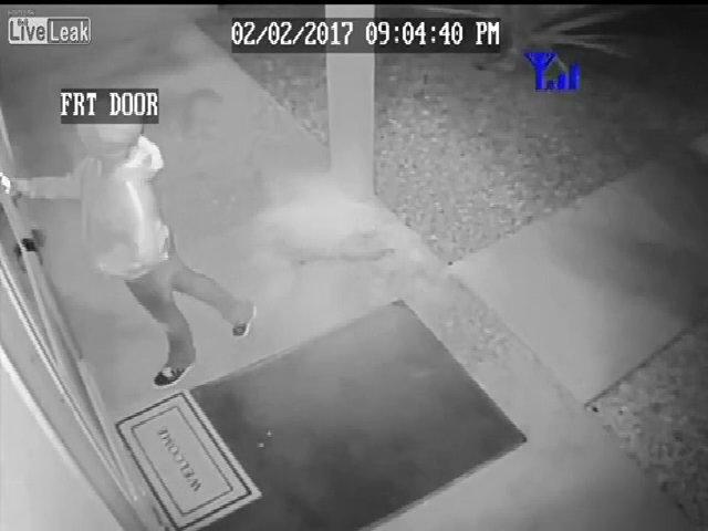 Người phụ nữ vờ gõ cửa để ăn cướp ở Mỹ