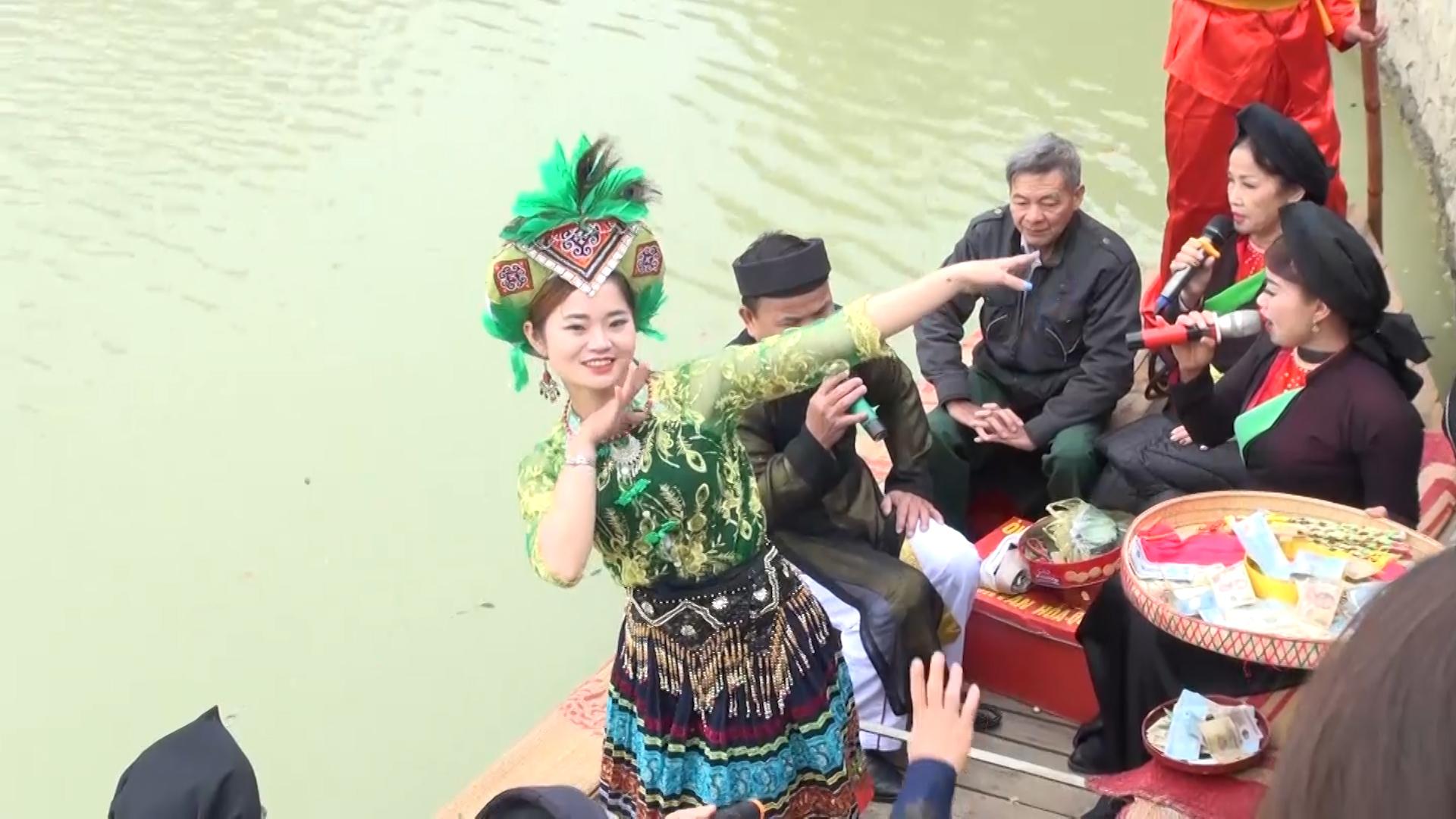 Quan họ Bắc Ninh ngả nón xin tiền hát chầu văn