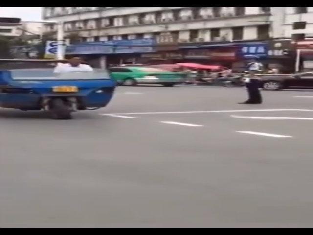 Xe công nông nổ lốp đi như múa trước mặt cảnh sát