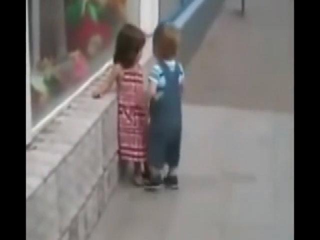 Bé trai liên tục bị đẩy ngã khi cố 'cưỡng hôn'