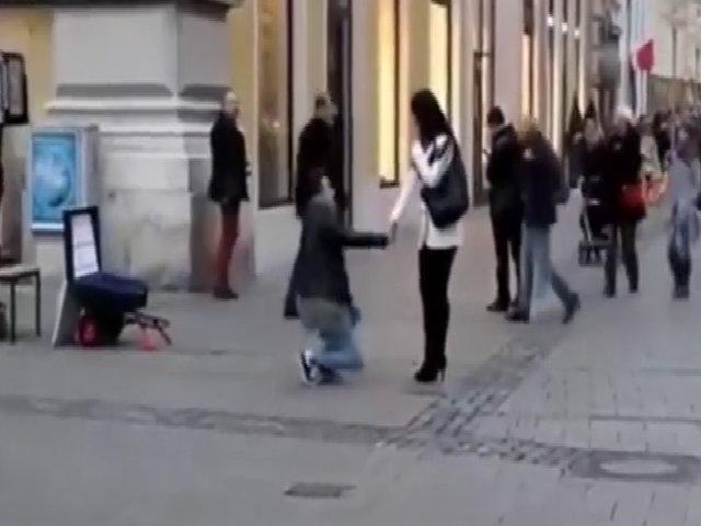 Bị giật mất nhẫn cưới khi cầu hôn bạn gái giữa đường