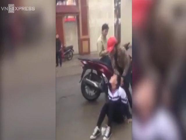 Nữ sinh hoảng và lo sợ sau khi bị đàn chị túm tóc, lột đồ trước cổng trường