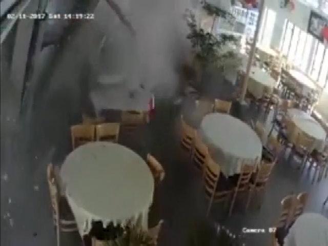 Xe trộn bê tông mất phanh lao vào quán ăn như 'tên lửa'