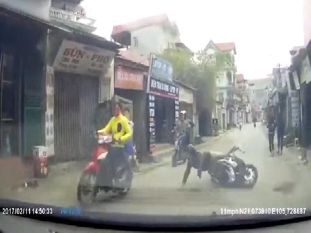 Thanh niên chạy Air Blade ngã sấp mặt trước đầu ôtô