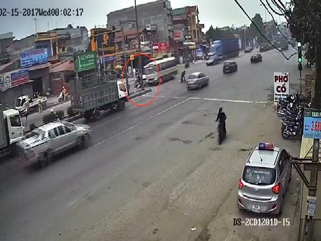 Vượt đèn đỏ ngã sõng soài trước đầu ôtô tải và xe khách
