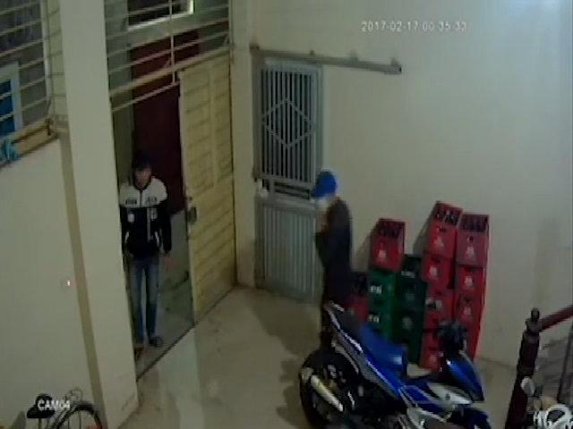 Ba thanh niên vào nhà trộm một lúc hai xe máy