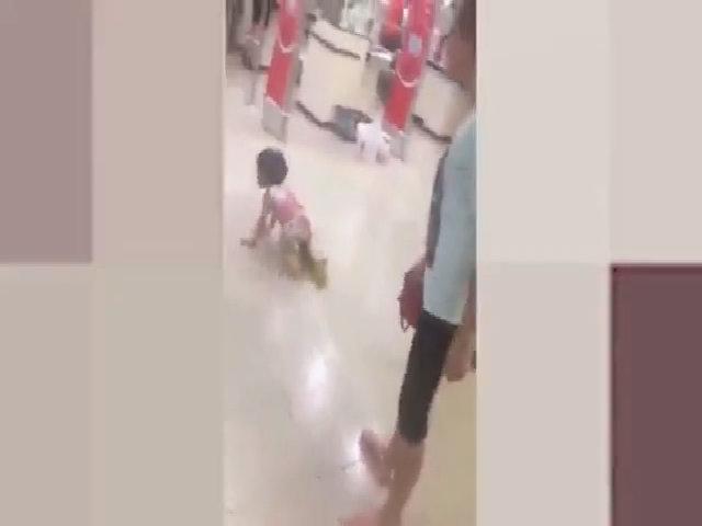 Bé gái bị mẹ đánh ngã sấp mặt ở siêu thị vì làm mất gói kẹo