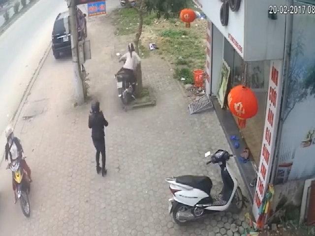 Em bé vặn tay ga xe máy khiến hai mẹ con tông vào gốc cây