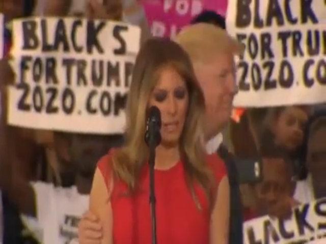 Melania 'rùng mình' khi Trump chạm vào người