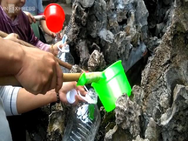Người dân đua nhau lấy nước giếng Tiên về uống