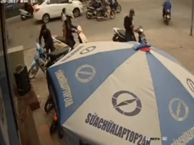 Nhóm thanh niên đi tay ga hỗ trợ nhau trộm xe máy
