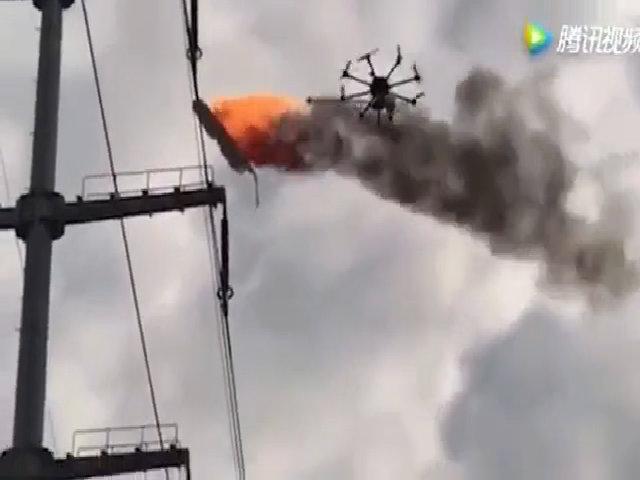 Trung Quốc dùng máy bay không người lái đốt rác trên dây điện