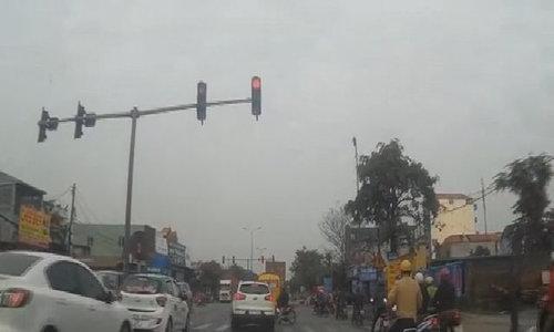 Ôtô vượt đèn đỏ còn chặn đầu xe máy - Video embed - VnExpress