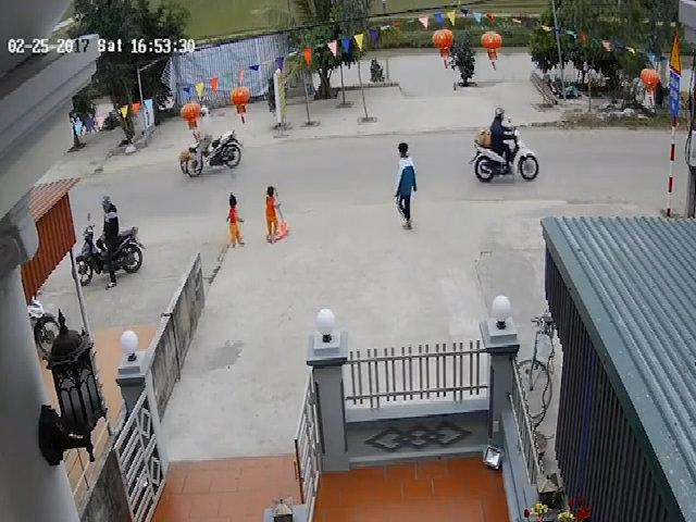 Bé trai chạy qua đường bị xe máy húc văng 5 mét