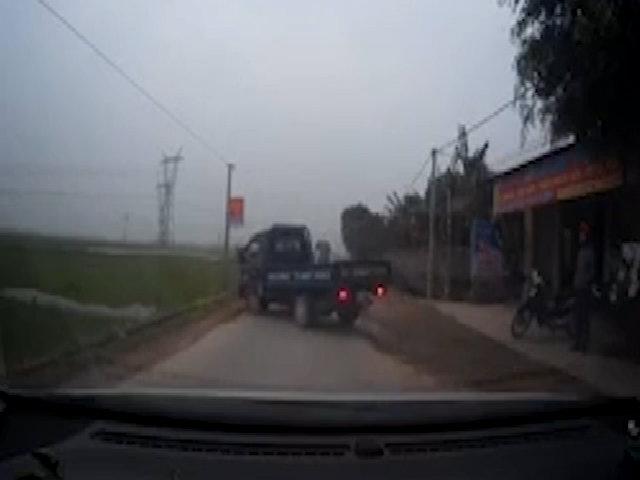 Tài xế ngang nhiên đỗ xe tải chắn ngang đường