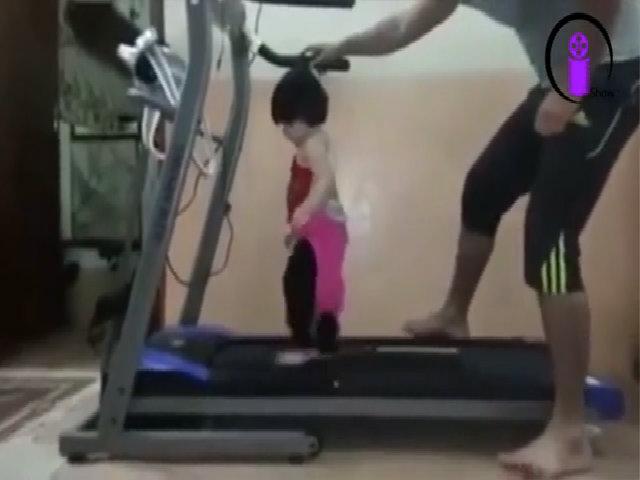 Bố cho con tập đi bộ
