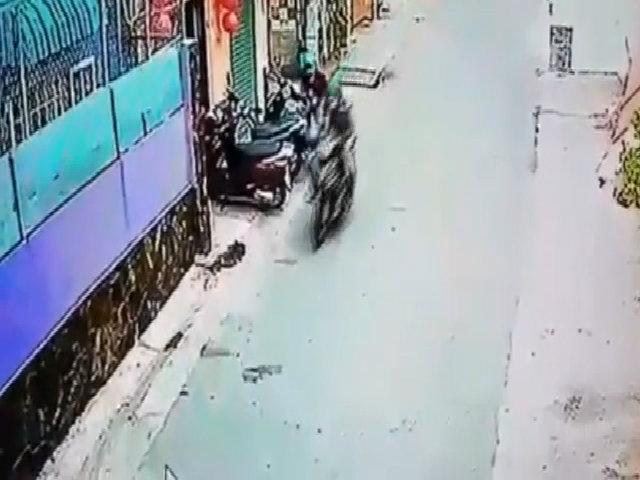 Cô gái vừa lấy túi xách ra khỏi cốp xe đã bị cướp