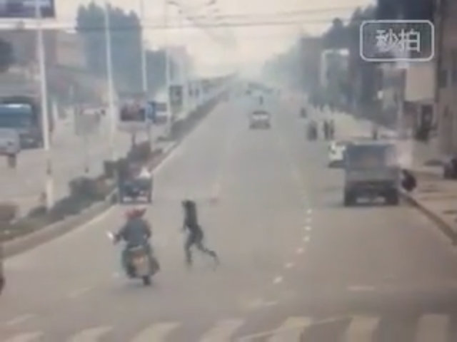 Cô gái đi bộ hất xe máy chở 2 bay qua dải phân cách