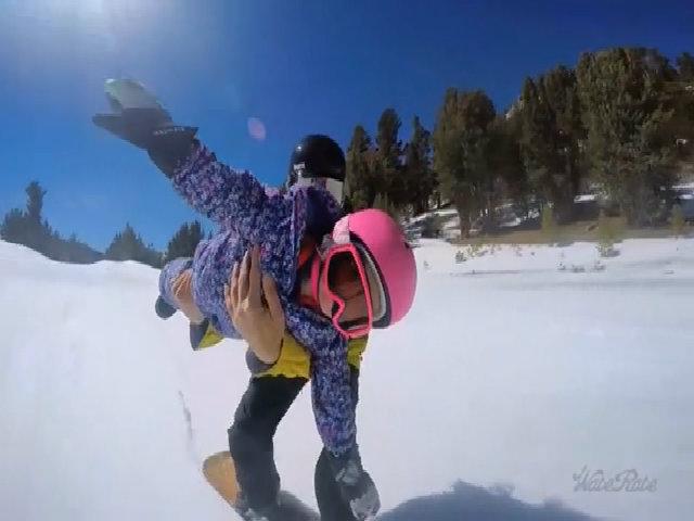 Ông bố cho con 2 tuổi trượt tuyết