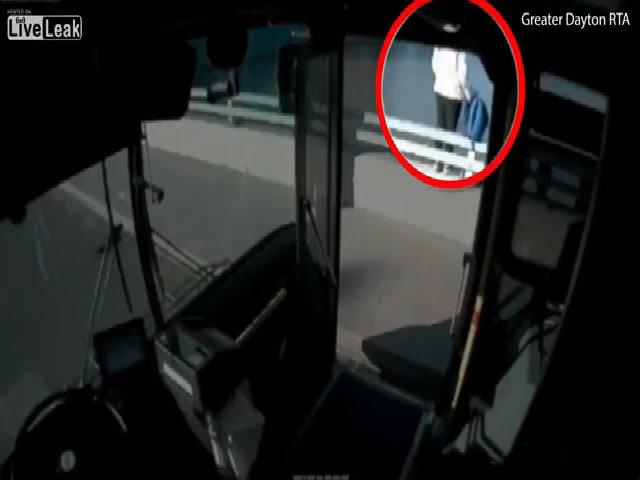 Tài xế dừng xe bus giữa cầu cứu người tự tử