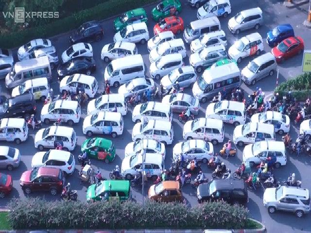 Tài xế lái ô tô ở Sài Gòn phải chạy vòng vòng vì không có chỗ đậu xe