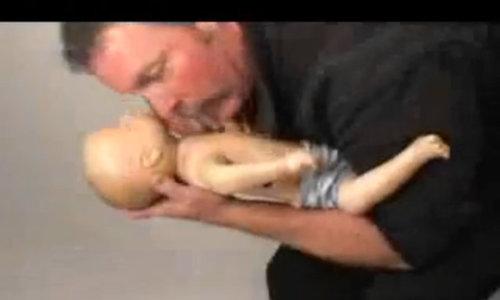 Hướng dẫn kỹ thuật vỗ lưng, ấn ngực cho trẻ dưới 2 tuổi