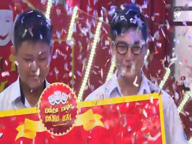Trấn Thành, Việt Hương bật khóc khi trao giải thưởng 150 triệu đồng