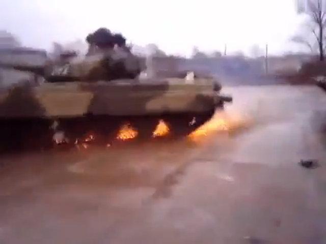 Xe tăng T-80 Nga biểu diễn drift tóe lửa trên đường