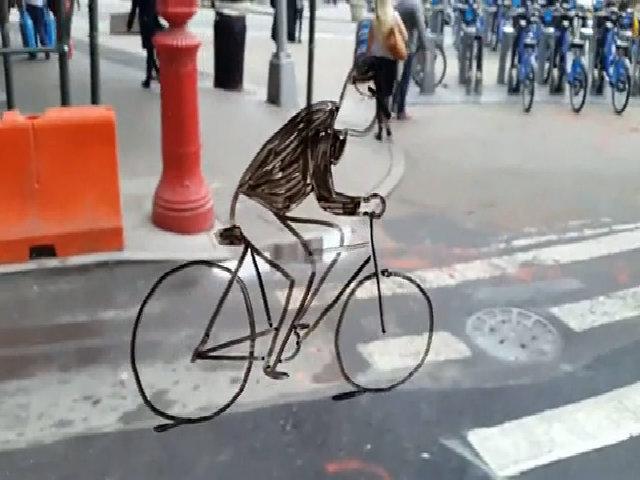 Ảo giác người đi xe đạp trên cửa sổ xe gây sốt mạng