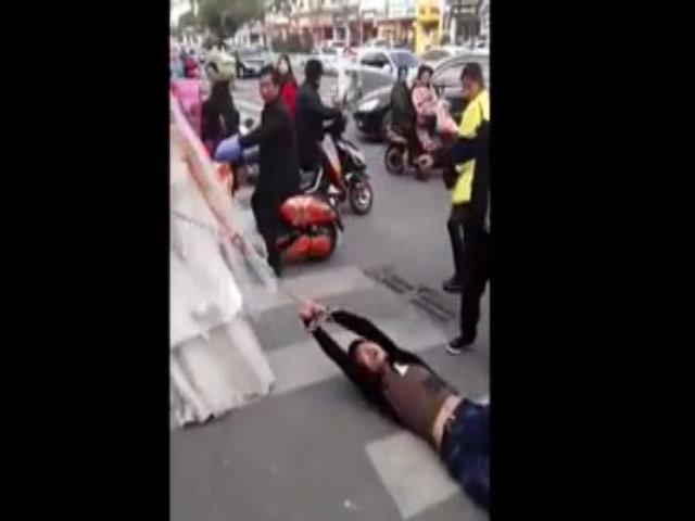 Chú rể khóc lóc vì bị cô dâu xích về giữa phố