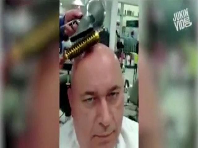 Người đàn ông trọc đầu đi cắt tóc