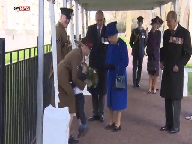 Bé trai cáu kỉnh khi gặp Nữ hoàng Anh