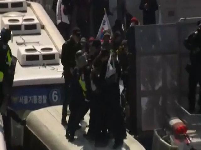 Người ủng hộ bà Park Geun-hye đụng độ cảnh sát trên nóc xe buýt
