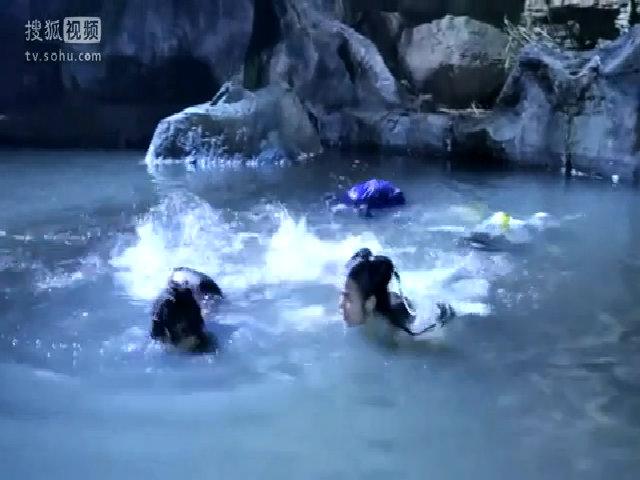 Tiểu Long Nữ và Dương Quá bì bõm lội nước cạn