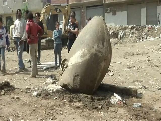 Tượng pharaoh cao 8 mét vùi dưới khu ổ chuột Cairo