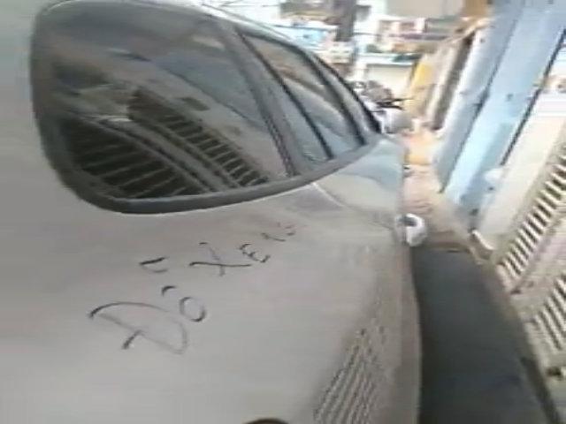Ôtô bị xịt sơn viết chữ 'đậu ngu' trên nắp capo