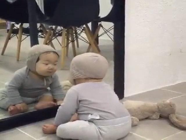 Biểu cảm hài hước của bé lần đầu soi gương