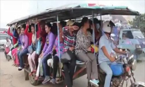 """""""Siêu xe khách"""" ở Campuchia"""
