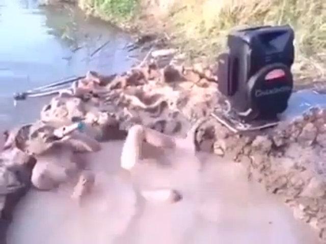 Thú vui vừa hát karaoke vừa tắm bùn