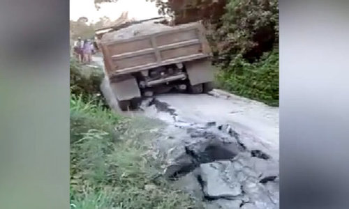 Xe tải lật xuống mương vì làm sập cầu